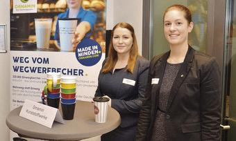Spülen statt wegwerfen: Elvira Nagel (links) und Alica Bischoff von den Ornamin Kunststoffwerken in Minden stellen Mehrwegbecher aus Kunststoff vor.