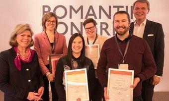 Schicke Urkunden: Die besten Romantik-Auszubildenden werden von DEHOGA-Hauptgeschäftsführerin Ingrid Hartges (links) und Kooperations-Chef Thomas Edelkamp (rechts) ausgezeichnet