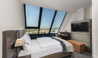 Mit großer Fensterfront: Eines der neuen Zimmer im Excelsior Hotel Nürnberg Fürth
