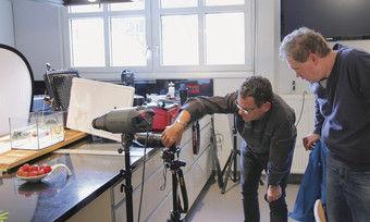 Profi-Level: Für die Erdbeere unter Wasser platzieren Ingo Hilger (links) und Holger Schumacher Reflektoren und Fotoleuchten.