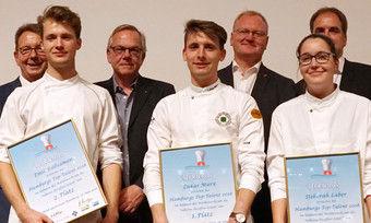 Stolze Sieger: (von links) Emil Rübsamen (2. Platz), Lukas Marx (1. Platz) und Deborah Laber (3. Platz) mit der Jury