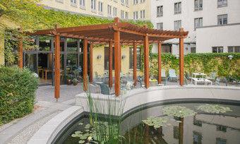 Hübsch: Die Innenhofterrasse mit Teich