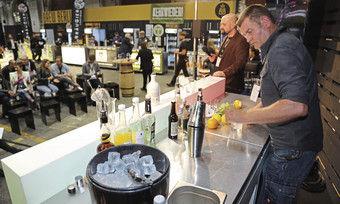 The stage is yours: Knut Roenelt (rechts), Inhaber von Knuts Mixbecher aus Uelzen, bereitet den Messebesuchern seinen Cocktail Hafensänger zu