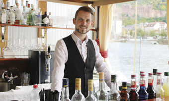 Engagiert: Martin Lüttingers Lieblingsplatz ist hinter der Bar. Die Arbeit auf dem Gastroschiff MS Patria in Heidelberg bedeutet für ihn auch eine Rückkehr in die Heimat