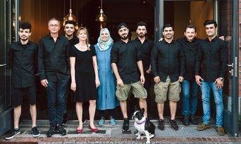 Das Team vom Kreuzberger Himmel: (von links) Dia, Andreas Tölke, Oda Bashi, Maria Bauer, Layali, Yazan, Jawed, Isamil, Bakri, Jamshid und die französische Bulldogge Herr Müller