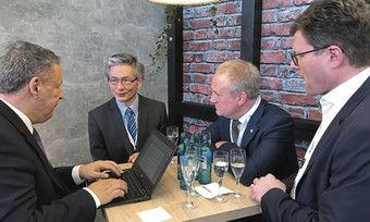 Treffpunkt ITB Berlin: (von links) AHGZ-Chefredakteur Rolf Westermann interviewt die CEOs David Kong und Geoff Andrew.