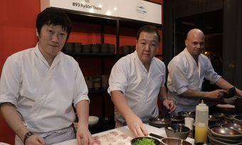 Sushi-Experte: The Duc Ngo (Mitte) mit Team bei der Gala zum Hotelier des Jahres 2019 in Berlin