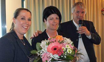 Siegerehrung Housekeeping Manager 2019 (von links): Moderatorin Mareike Reis, Siegerin Sina Schindler und Peter Nistelberger, Bereichsleiter Hotelkompetenzzentrum Oberschleißheim