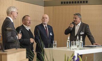 CEOs mit regionalem Bezug im Gespräch: (von links) Thomas Willms (Deutsche Hospitality), Christian Barth (Favorite Parkhotel Mainz) und Thomas Althoff (Althoff-Gruppe) mit AHGZ-Chefredakteur Rolf Westermann