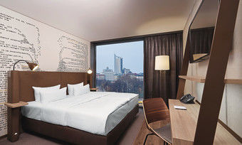 Brauntöne dominieren: Blick in das Musterzimmer des künftigen Hyperion Hotels in Leipzig
