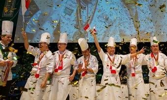 Goldregen bei der Siegerehrung: Eines der Gewinnerteams von 2016
