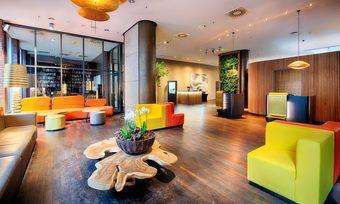 Feng Shui in der Lobby: Organische Formen, bunte Farbtupfer und auffällige Design-Elemente sorgen für Wärme und Behaglichkeit.