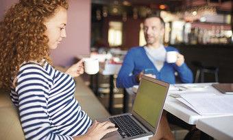Arbeitsplatz Hotellobby oder Restaurant: Freie Plätze werden über Portale gebucht, oder Hotels bieten sie selbst an