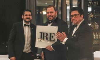 Willkommen bei den Jeunes Restaurateurs: Berlins Meisterkoch Björn Swanson erhält das offizielle Türschild von JRE-Präsident Alexander Huber (links) und Vizepräsident Alexander Dressel.