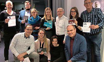 Happy: Die glücklichen Gewinner der Versteigerungen bei der Weihnachtsfeier im dfv Matthaes Verlag