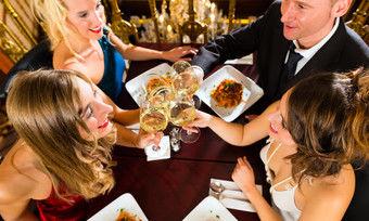 In Feierlaune: Das Gastgewerbe verzeichnet höhere Umsätze