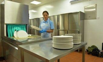 Kampf gegen Erreger: Nach einem Spülgang mit einer Meiko-Maschine ist das Geschirr frei von Corona-Viren