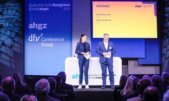 Eröffnen den Deutschen Hotelkongress: Sky-Sportmoderatorin Esther Sedlaczek und ahgz-Chefredakteur Rolf Westermann