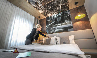 Lenkt die Geschicke: Hotelchefin Katja Kortmann in einem der neuen Ruhrpottzimmer. Fotos von der Zeche schmücken hier die Wände.