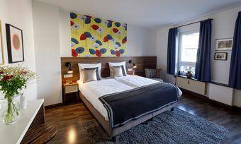Gemälde als Eyecatcher: Ein Zimmer im Koncept Hotel Zum Kostbaren Blut in Köln