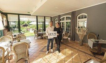 Startklar: Melanie Stein-Schiller und Mike Schiller aus Koblenz in ihrem coronanagemäß umgestalteten Wintergarten.