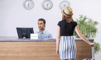 """Beim Service immer den Umsatz im Auge behalten: """"Darf ich Ihnen gleich heute Abend in unserem Restaurant einen Tisch reservieren?"""""""