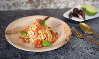 Sumpfkrebs trifft Spaghetti: Im Restaurant Holycrab serviert in einem Teller aus Palmblatt.