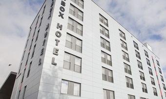 Puristische Fassade: Das Big Box Hotel in Kempten