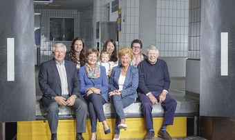 Vier Generationen: Die Familie Achenbach mit den Interviewpartnern (von links) Bernd Moos-Achenbach (Betriebsleitung), Katrin Moos-Achenbach (Marketingleitung) und Petra Moos-Achenbach (Geschäftsführung). Ganz rechts im Bild Firmengründer Rudolf Achenbach