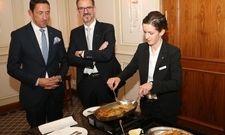 Die Herausforderung: Die Siegerin Katharina Röder bereitet vor den Augen zweier Juroren Crepes Suzettes zu
