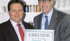 Stolze Gesamtsieger: Ronnefeldt-Geschäftsführer Jan-Berend Holzapfel (rechts) und Wilhelm Wolff, Gesamtvertriebsleiter des Unternehmens.