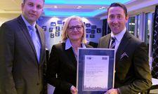 Auszeichnung für das Hotel Palace Berlin: General Manager Michael Frenzel (rechts) mit dem neuen IHK-Siegel