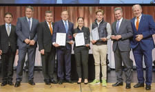 Bühnenpräsenz und Getränkevielfalt: Nach der Eröffnung der Stuttgarter Fachmesse (oben) durch EU-Kommissar Günther Oettinger (Zweiter von rechts) wurde der Intergastra-Innovationspreis von Vertretern der Messe Stuttgart, des DEHOGA Baden-Württemberg und d