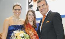 Drei Hoheiten geben sich die Ehre: Die frisch gekrönte Gastro-Königin Anna Maria Gropp (Mitte) mit ihrer Vorgängerin Janine Müller und dem Schirmherrn der Wahl, Fritz Engelhardt, Präsident des DEHOGA Baden-Württemberg.