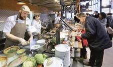 Front-Cooking-Konzept: In der Africambo Lodge sind Gäste live dabei, wenn marinierte Fleischspieße, gefüllte Fleischtaschen oder der afrikanische Eintopf Potje frisch zubereitet werden.