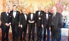 Feierliche Auszeichnung: Horst Rahe (4.v.l.) hat am Sonntag Abend in Hamburg die Brillat-Savarin-Plakette bekommen