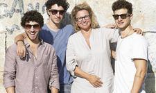 Neni-Team: Die Söhne (von links) Ilan, Elior und Nuriel Molcho mit Mutter Haya Molcho, die auch als Kochbuchautorin bekannt ist.