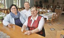 Gasthof-Team: (von links) Regina Stolle und Sohn Rainer mit Restaurantfachfrau Susann Beinling.