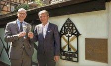 Neues Bündnis: Der Romantik-Vorstandsvorsitzende Thomas Edelkamp (rechts) und Châteaux & Hôtels-Generaldirektor Xavier Alberti stoßen auf die historische Allianz der Kooperationen an