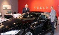 Claas-Erik Johannsen (l.) und Johannes Welker, vom Romantik Hotel Benen-Diken-Hof, übernahmen gerade einen Tesla für den Fuhrpark des Hauses auf Sylt.