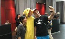 Mit Fans: Pokémon-Spieler Nick Johnson während seines Aufenthalts in Paris