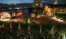 Großer Andrang: Am Samstag Abend hat am Düsseldorfer Burgplatz Culcha Candela gespielt