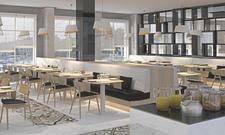 Stylisch-modern: Der gastronomische Bereich vereint Frühstücksplatz, Media-Hub und Bar.