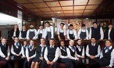 Freuen sich auf ihre neuen Aufgaben: Die Auszubildenden im Maritim Hotel Berlin mit Direktorin Claudia Damsch-Oepping (vorne, 5.v.l.).