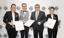 Die Sieger und der Präsident: (von links) Tanja Fried vom Seehotel Niedernberg/Bayern (2. Platz), Urs Gnotke vom Hotel Breidenbacher Hof in Düsseldorf (1. Platz), L'Art-de-Vivre-Vorsitzender Klaus Sieker und Janina Kraft vom Schlosshotel Velden in Österre