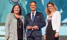 Preisverleihung: (von links) Barbara Schieder vom Sponsor WiFi, mit Arcotel-Geschäftsführer Rudolf Hausegger und HR-Managerin Sabine Rothenschlager