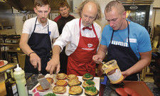 Engagiert bei der Sache: Leiter und Teilnehmer des Seafood-Workshops von Transgourmet beim Anrichten.