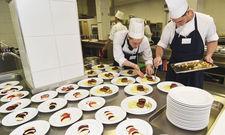 Gerichte aus nicht marktgerechten Zutaten: Die Kreationen der Schüler müssen in Optik und Geschmack keinen Vergleich scheuen.