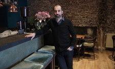 Vintage-Stil mit Samt: Volker Drkosch steht zum gemütlichen Ambiente in seinem Bread & Roses