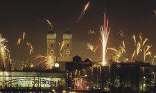 Gigantisches Feuerwerk: Ganz München feierte in der Silvesternacht das neue Jahr 2017. Viele der Partys und Gala-Dinner waren schon in der Adventszeit ausgebucht.